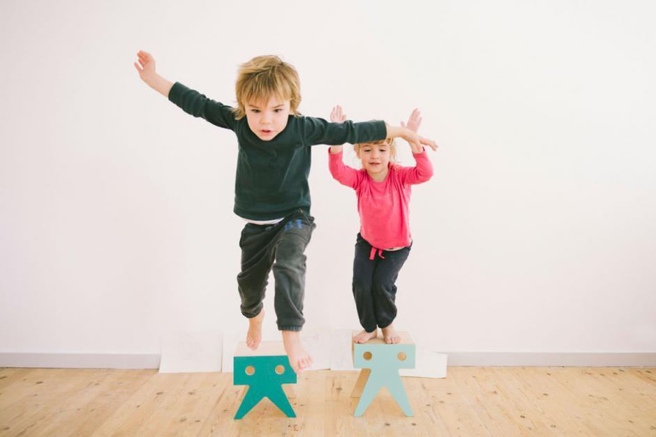 Pupitre y taburetes para niñosY
